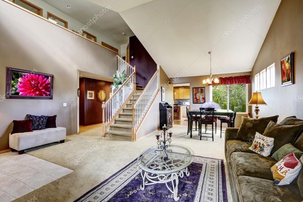 Int rieur de maison avec plan d 39 tage ouvert salle de s jour avec escalier photographie - Photos d interieur de maison ...