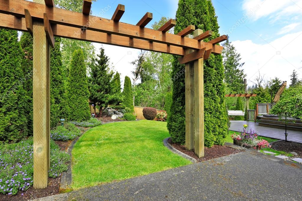 Huis achtertuin weergave. tuin ingang u2014 stockfoto © iriana88w #49956451