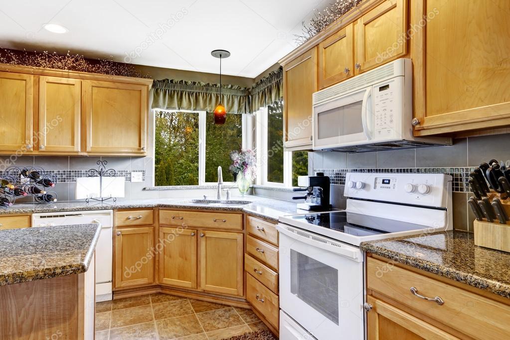 interior habitación luminosa cocina con electrodomésticos blancos ...