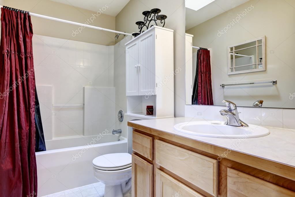 witte badkamer interieur met donkerrood gordijn — Stockfoto ...