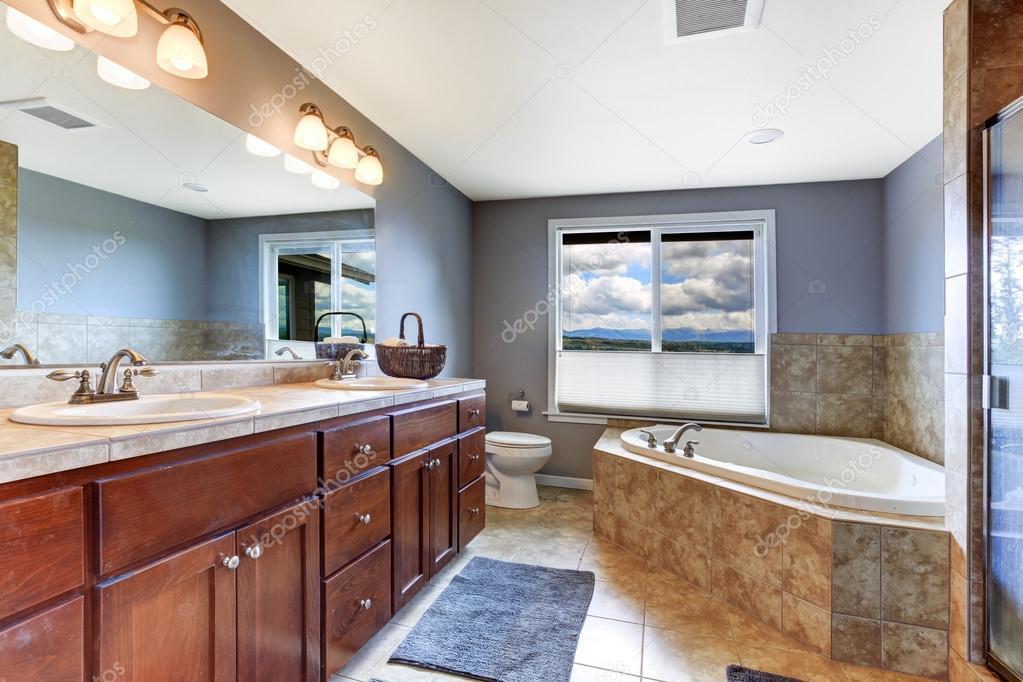lavendel badrum med mocka kakel bad trim — Stockfotografi ...