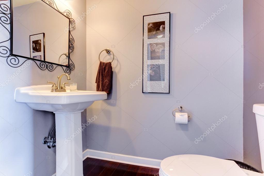 lichte lavendel kleine badkamer interieur — Stockfoto © iriana88w ...