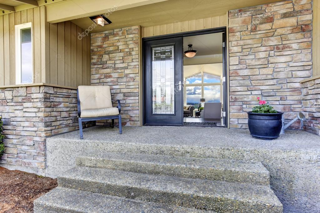 Huis ingang veranda met stenen muur trim u2014 stockfoto © iriana88w