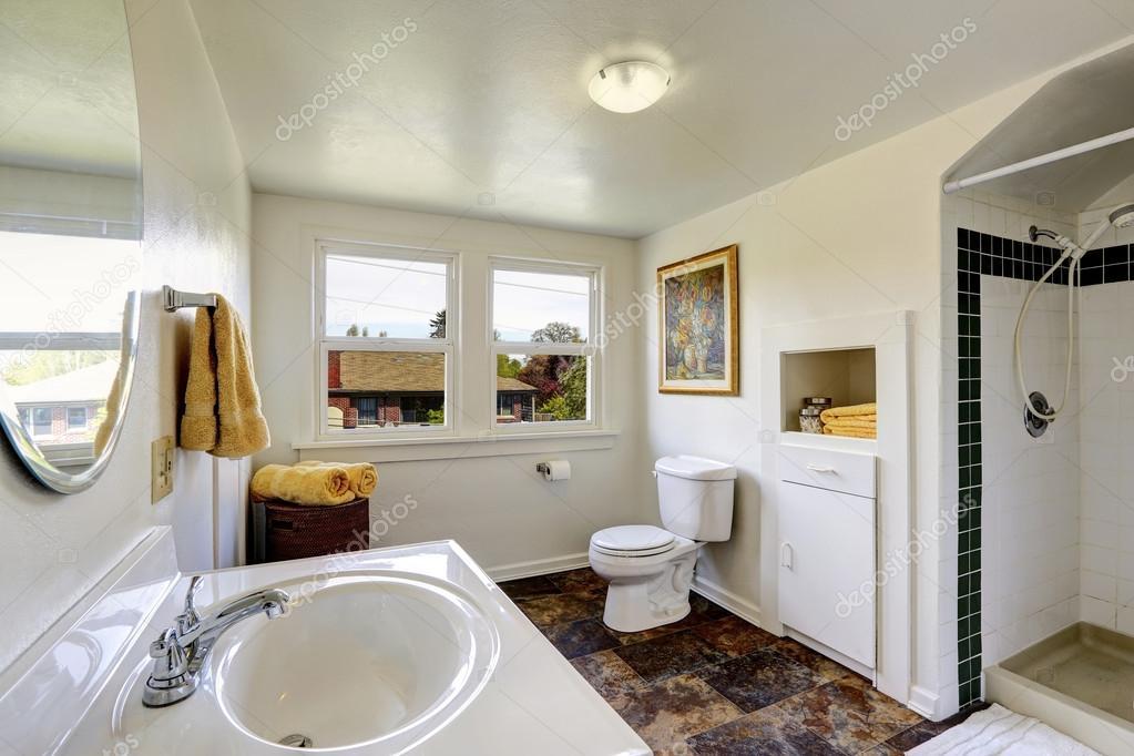 Bianco bagno con pavimento in piastrelle marroni contrasto - Stock piastrelle bagno ...