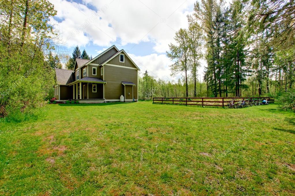 Esterno di casa di campagna con paesaggio foto stock for Piani di casa del sud avvolgono portico