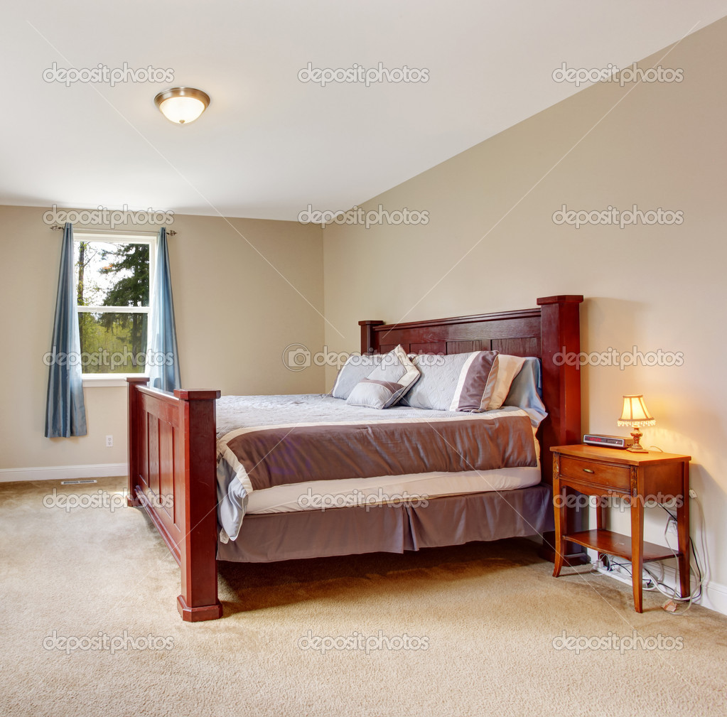 morbido avorio camera da letto con letto grande Borgogna — Foto ...