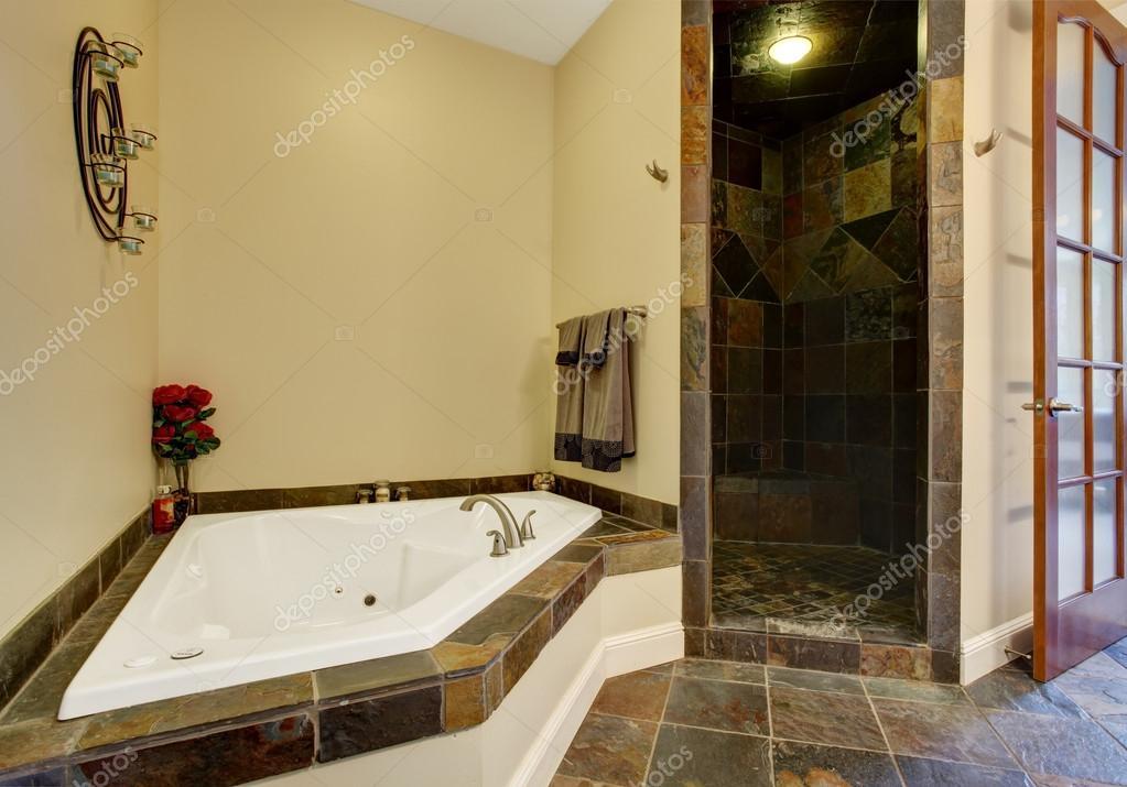 Interno di bagno moderno con doccia piastrelle trim u foto stock