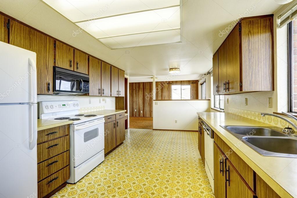 Lege keuken kamer in oud huis u2014 stockfoto © iriana88w #50020885