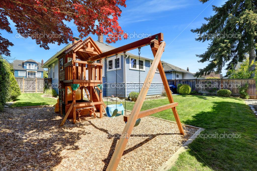 patio de la casa con patio de recreo para niños — Foto de stock ...