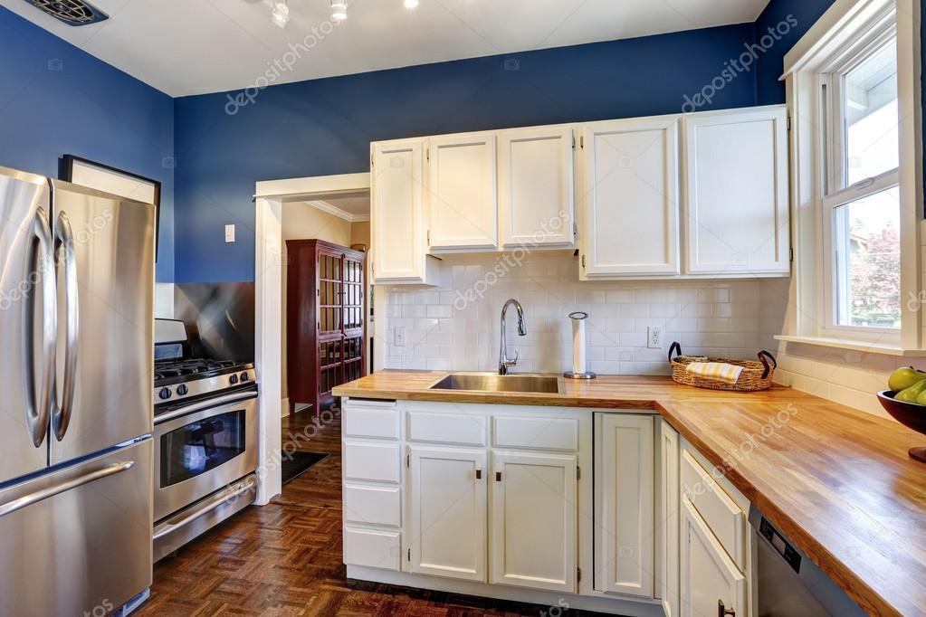 interior de cocina en colores azul marino y blancos brillantes ...