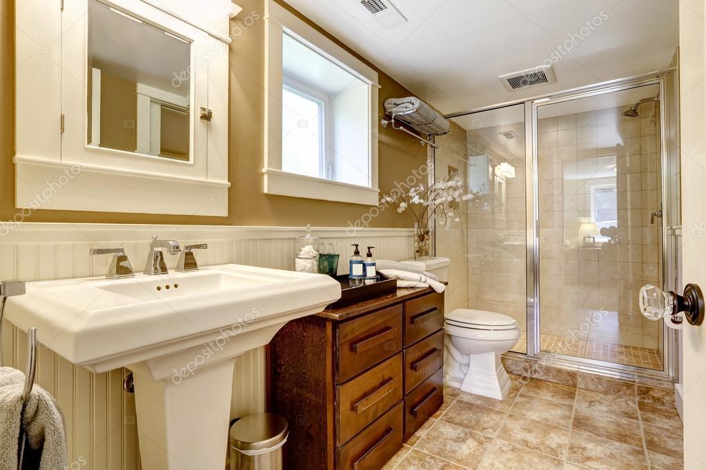 Moderne badkamer interieur met glazen deur douche u stockfoto