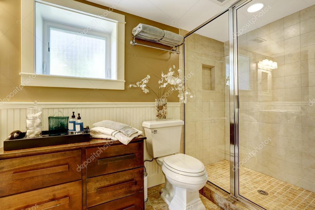 moderne badkamer interieur met glazen deur douche — Stockfoto ...