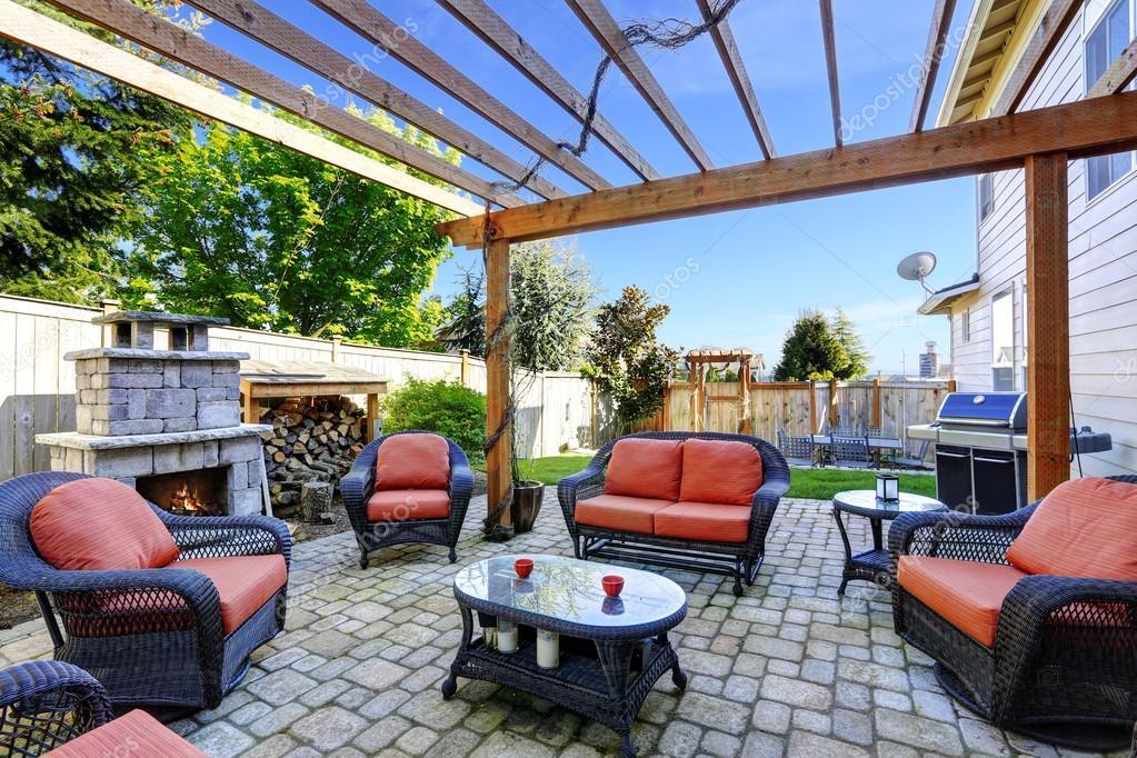 Open Haard Tuin : Huis tuin met terras en open haard u stockfoto iriana w