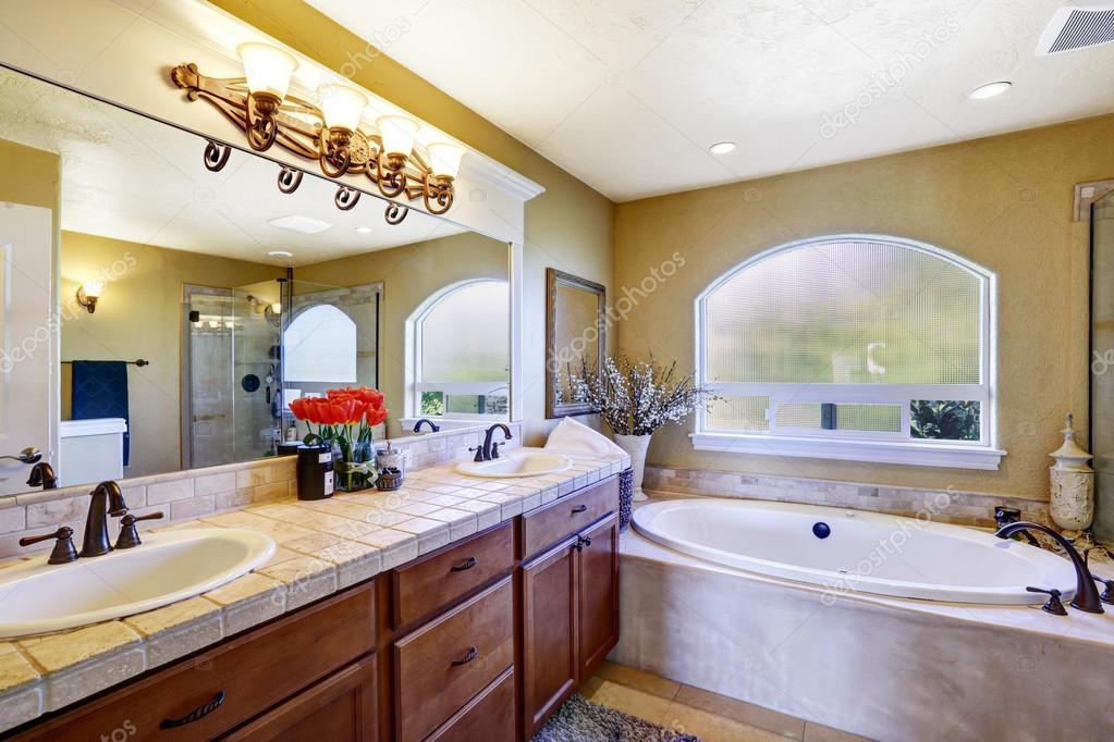 럭셔리 하우스에 아늑한 욕실 — 스톡 사진 © iriana88w #50121297