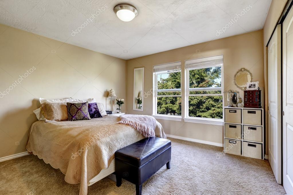 interior sencillo dormitorio con cama y otomano — Foto de stock ...