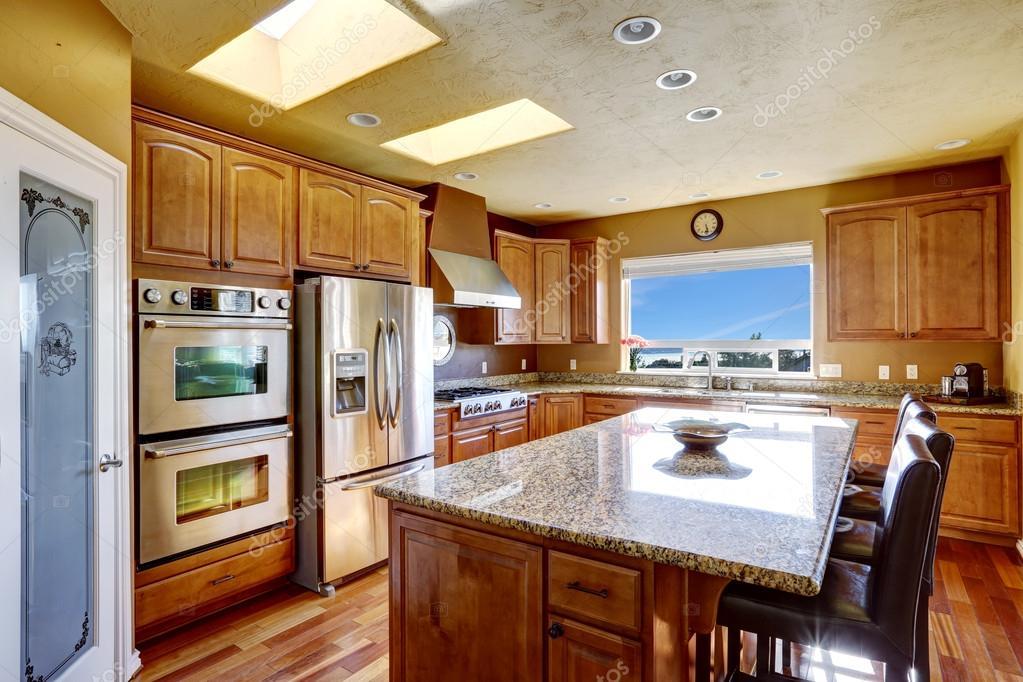 Luxus Küche Mit Ss Einheiten Und Küche Insel Mit Schwarzem Leder Stühle U2014  Foto Von Iriana88w