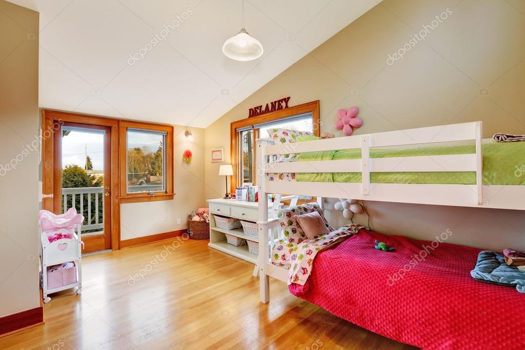 Camera dei bambini luminosa con letto a soppalco — Foto ...