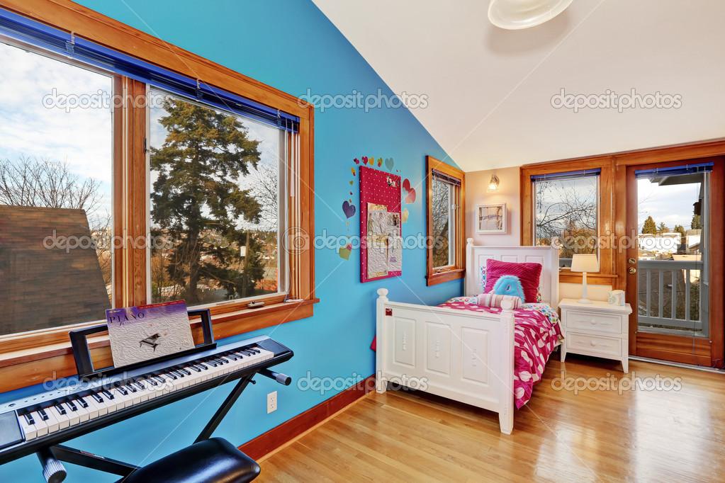 Gelukkig jonge volwassen kamer interieur u2014 stockfoto © iriana88w