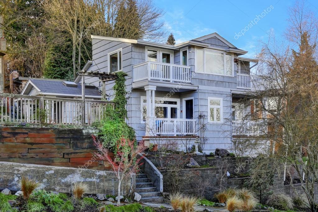Ext rieur de la maison vue du porche d 39 entr e avec escalier photographie iriana88w 50255903 - Maison avec porche d entree ...