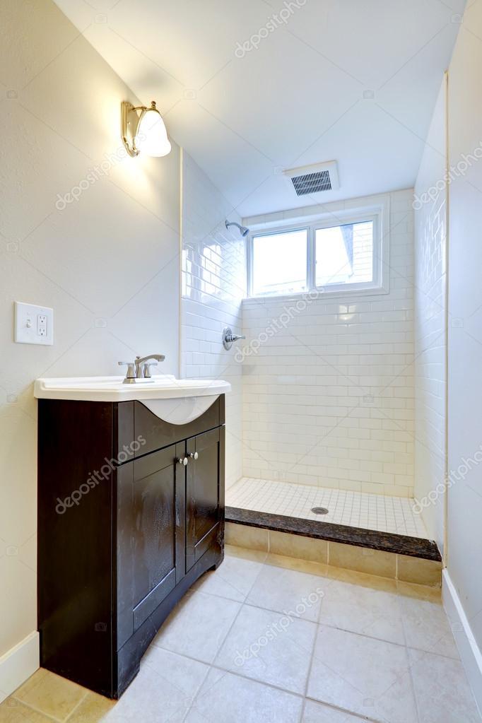 emtpy badkamer interieur met kabinet en open douche — Stockfoto ...