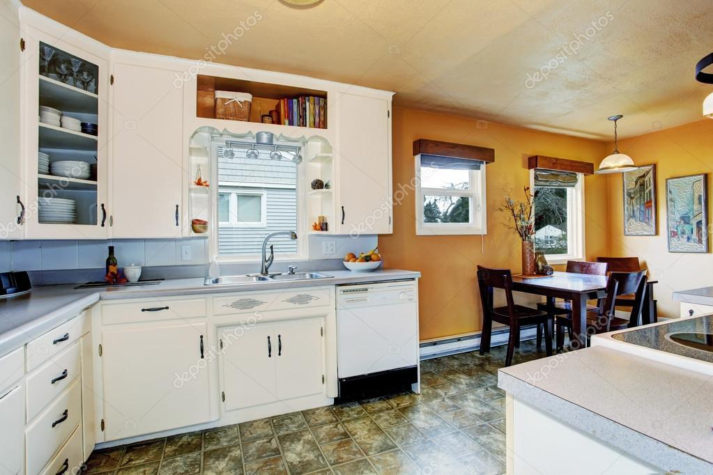 Keuken kamer met eethoek in oud huis u2014 stockfoto © iriana88w #50308523