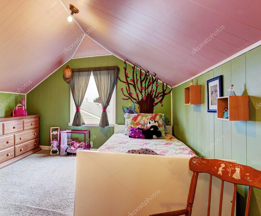 Kinderkamer in groen en roze kleur u stockfoto iriana w