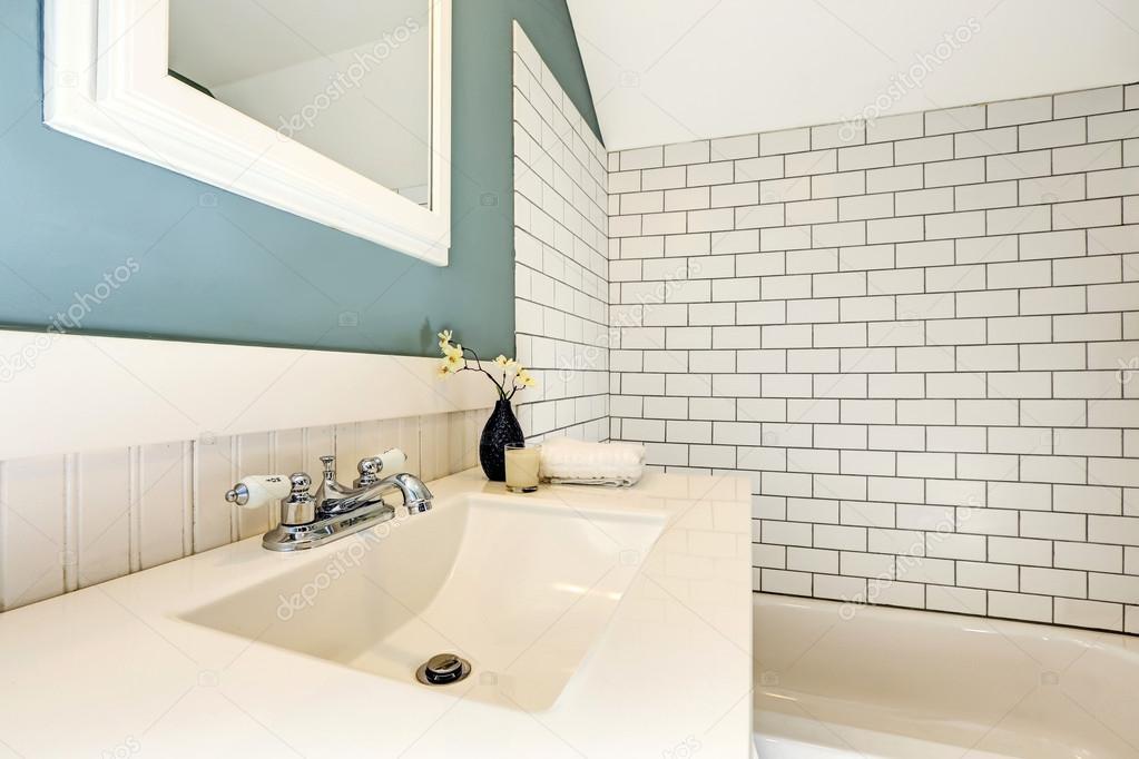 Aqua bagno con piastrelle bianche parete trim foto stock iriana88w 50322831 - Piastrelle bianche bagno ...