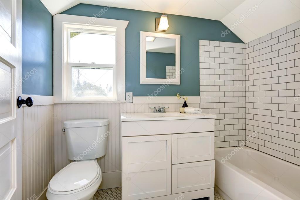 Aqua bagno con piastrelle bianche parete trim — Foto Stock ...
