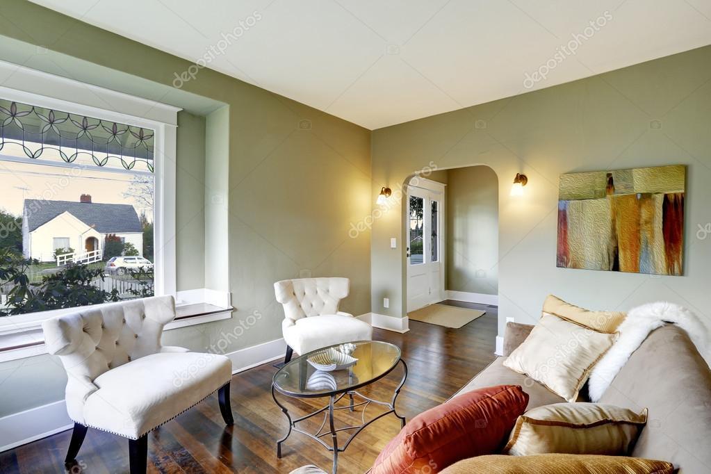 woonkamer interieur met klassieke witte stoelen stockfoto