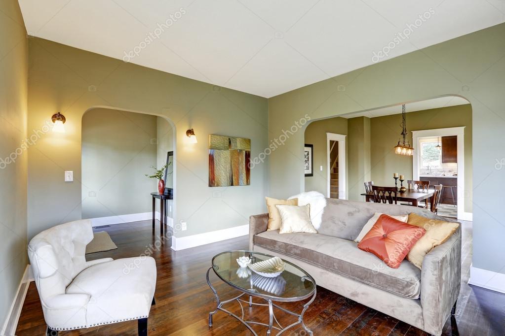 woonkamer interieur met klassieke witte stoel en bruin slaapbank