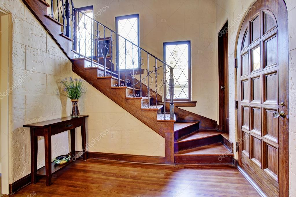 Luxe huis interieur. entree hal met trap u2014 stockfoto © iriana88w