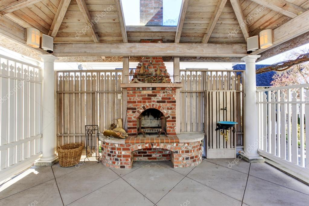 pergola mit gemauerten kamin auf hinterhof stockfoto iriana88w 50488083. Black Bedroom Furniture Sets. Home Design Ideas