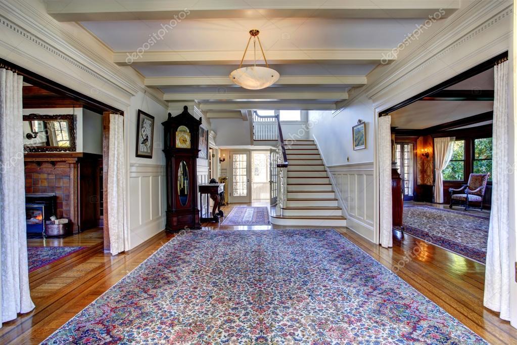 casa de gran lujo recibidor con alfombra azul reloj de pndulo y escalera vista u foto de irianaw