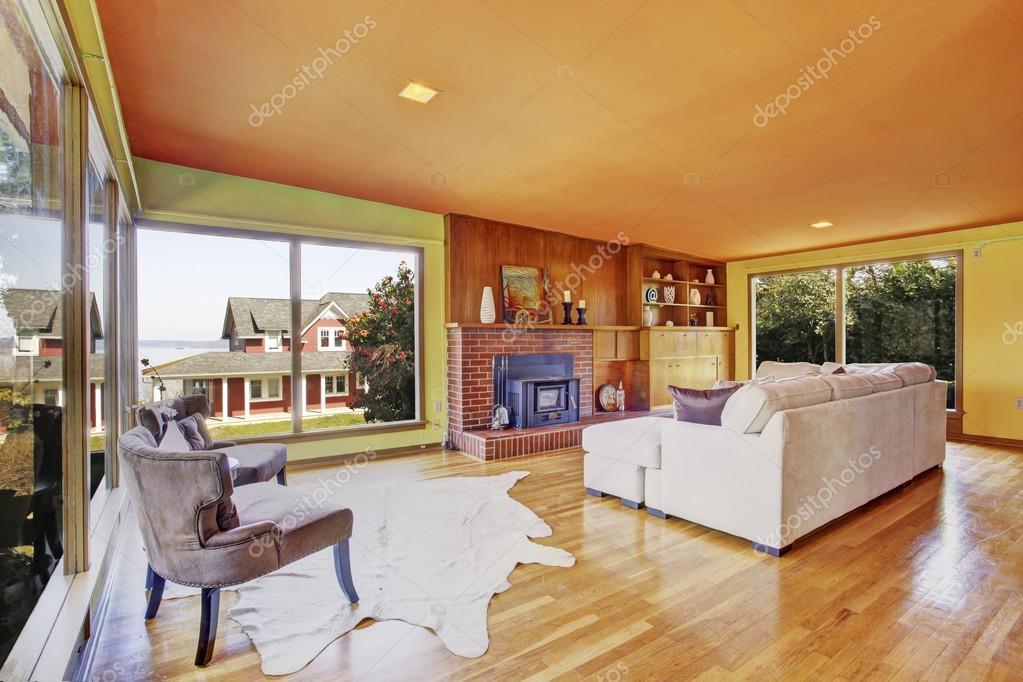 lichte woonkamer met glazen wand en open haard — Stockfoto ...