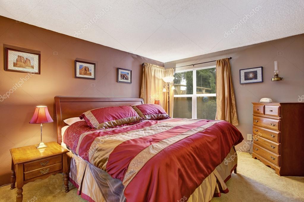 Schlafzimmer Einrichtung mit schönen Bett in rot und Mokka ...