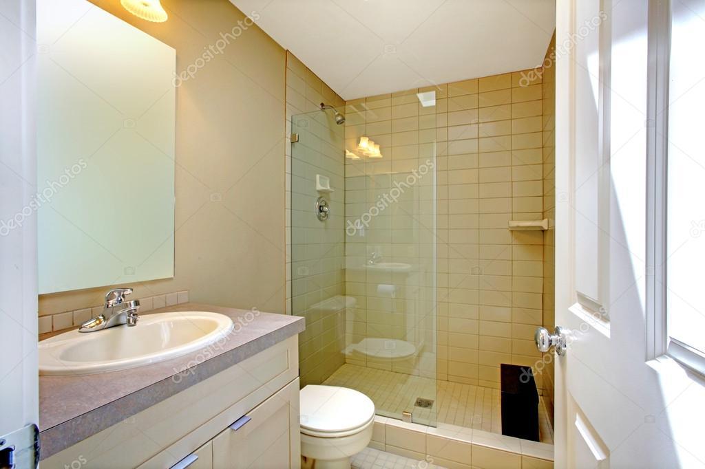 badkamer interieur met glazen deur douche — Stockfoto © iriana88w ...
