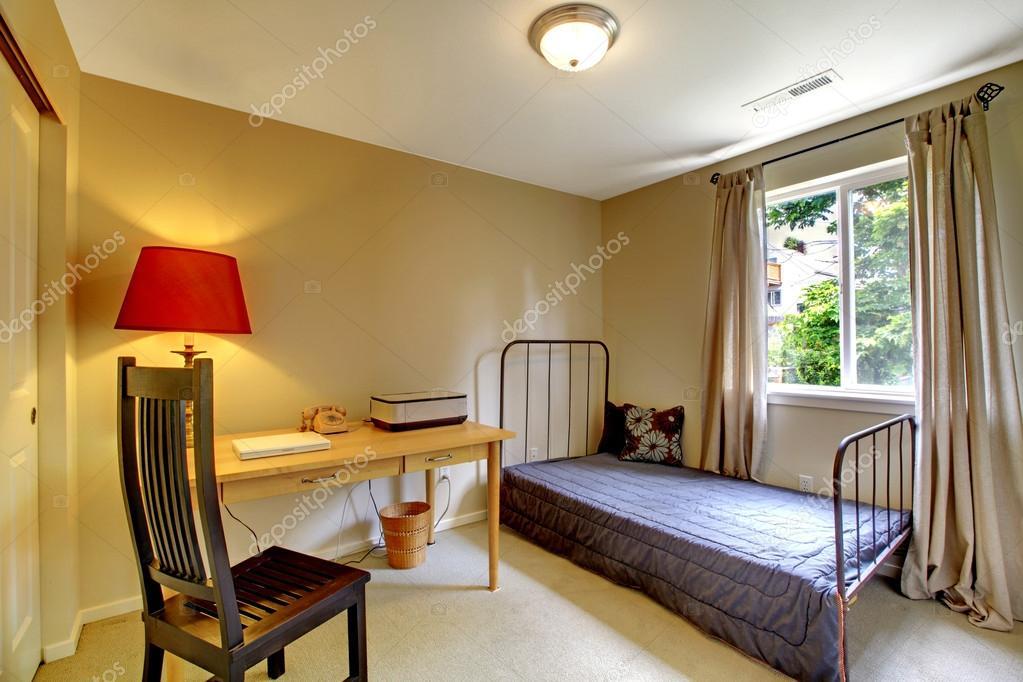 Camera da letto con letto in ferro antico telaio e scrivania — Foto ...