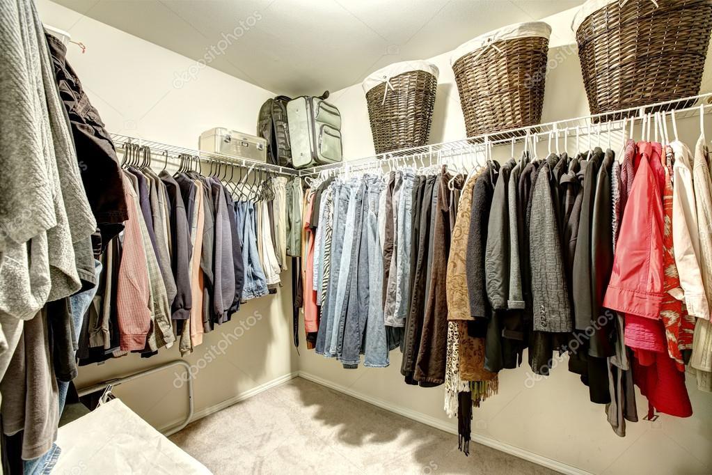 walk in closet com roupas stock photo iriana88w 50660983. Black Bedroom Furniture Sets. Home Design Ideas