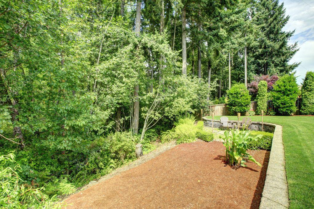 Hervorragend Hinterhof Landschaft Mit Blumenbeet U2014 Stockfoto