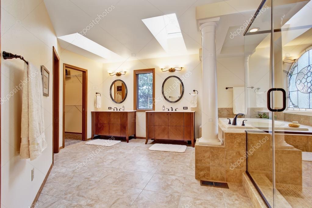 Badkamer Met Dakraam : Luxe badkamer interieur met dakraam u2014 stockfoto © iriana88w #50725139