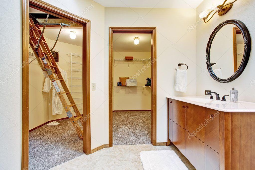 Cuarto de baño con vestidores — Foto de stock © iriana88w #50725331