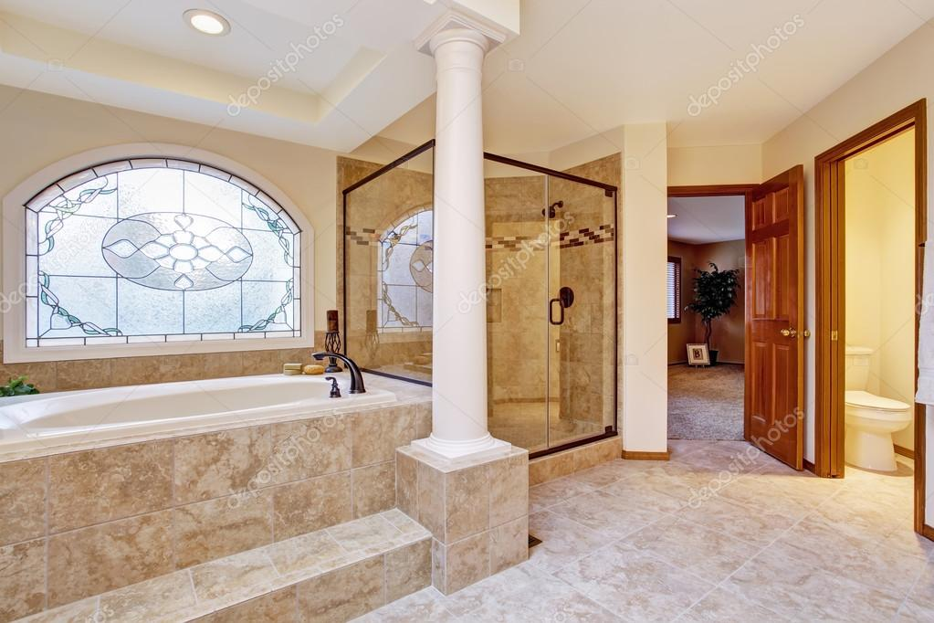 Intérieur de salle de bain de luxe avec colonnes — Photographie ...