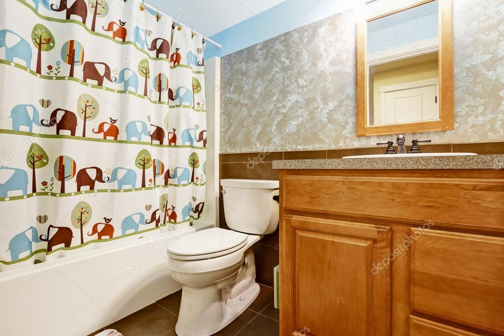 badkamer interieur met vrolijke gordijn en houten kast met kleine spiegel foto van iriana88w