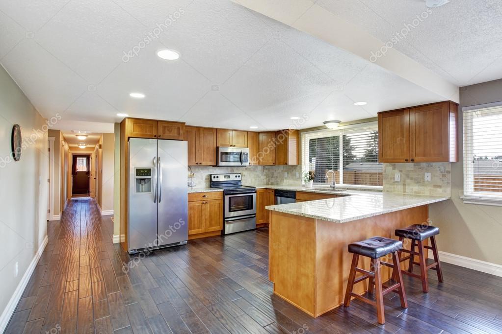 Corridoio Lungo Casa : Interno di casa. sala cucina e lungo corridoio u2014 foto stock