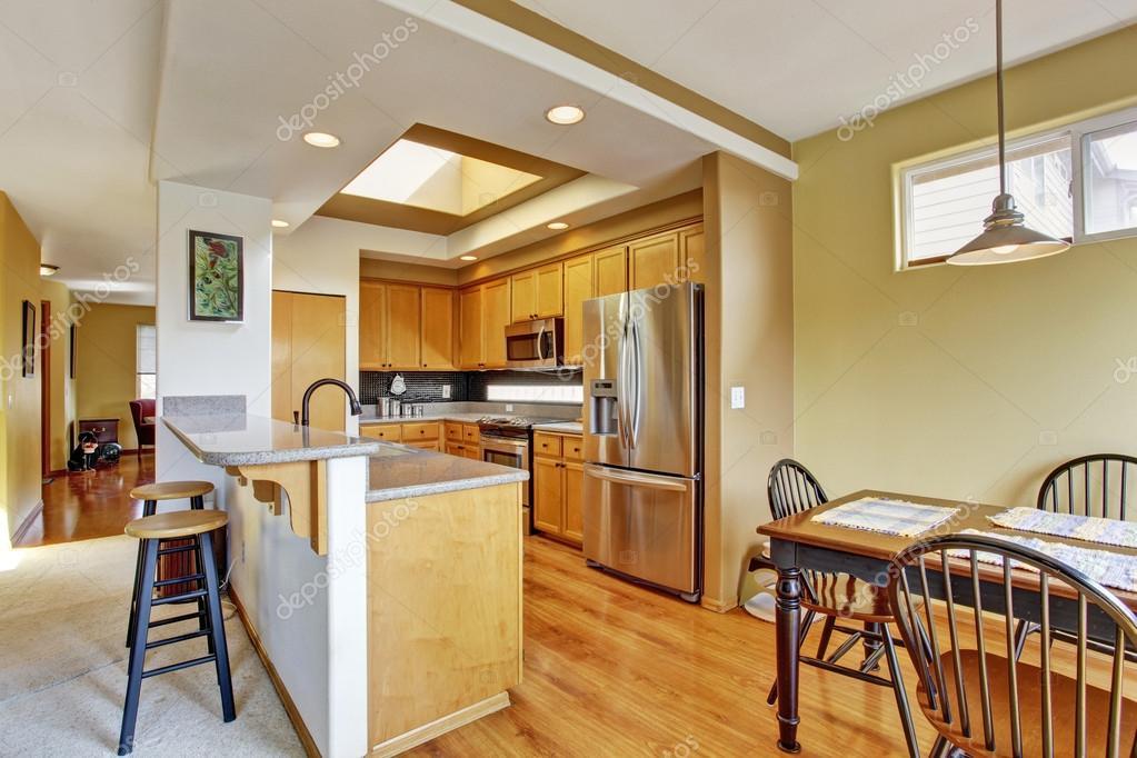 Keuken Met Dakraam : Keuken kamer met dakraam en eethoek u2014 stockfoto © iriana88w #50890783