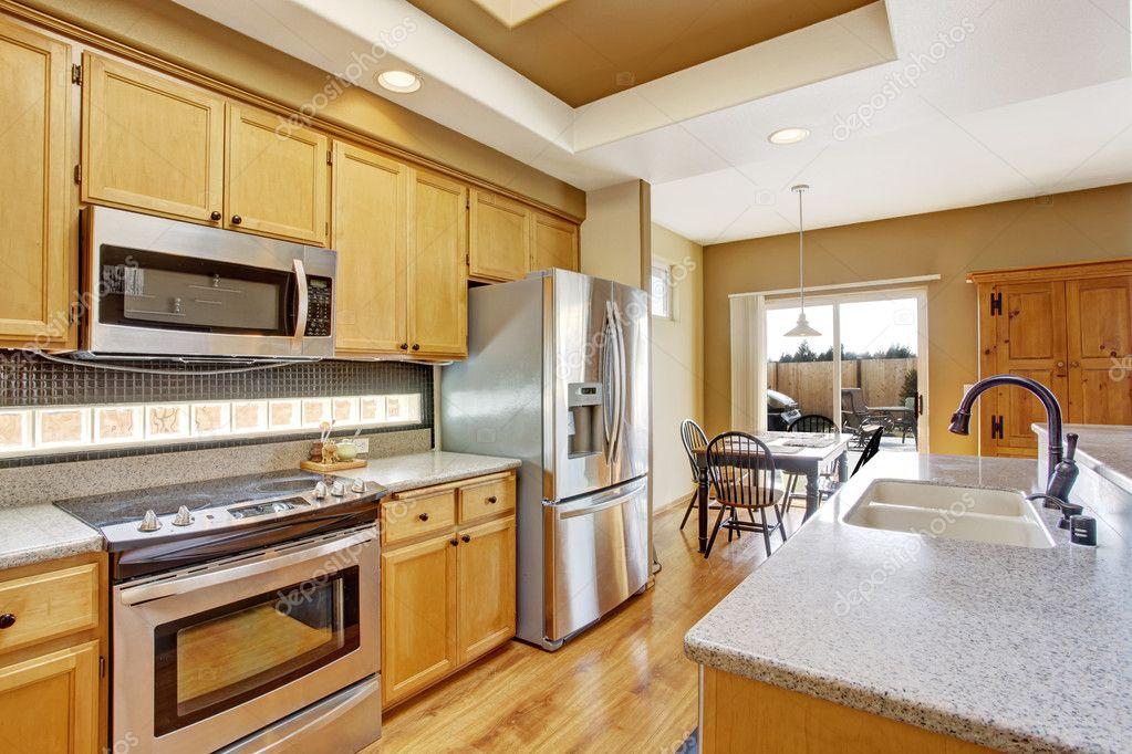 Keuken Met Dakraam : Keuken kamer met dakraam en eethoek u2014 stockfoto © iriana88w #50890825