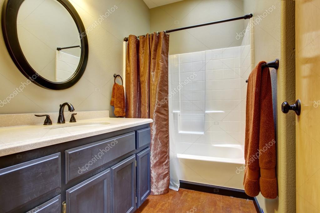 Badkamer met donkere bruine ijdelheid kabinet u stockfoto