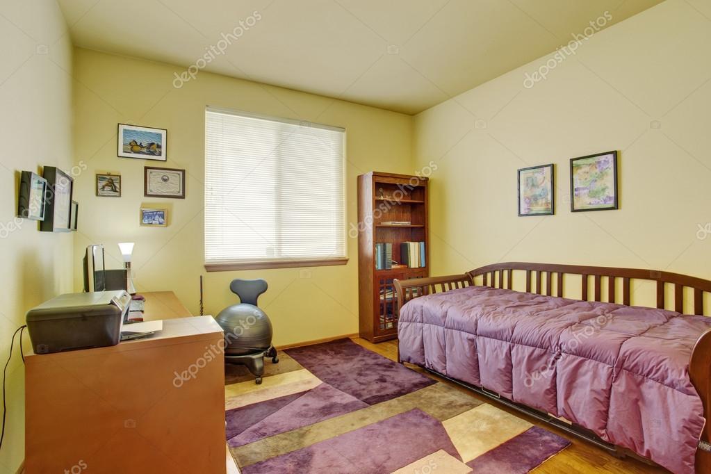 interno luminoso, camera da letto con scrivania — Foto Stock ...