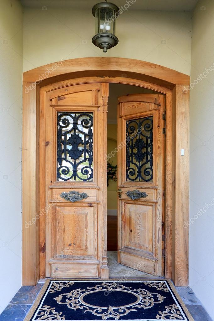 Porche D Entrée Bois porche d'entrée de maison de luxe avec porte ouverte — photographie