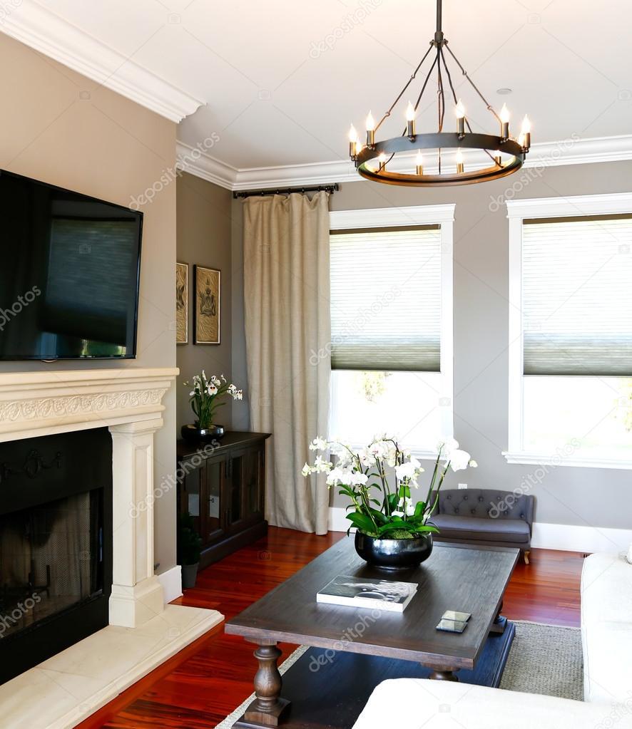 Helle Luxus Wohnzimmer Mit Schwarz Couchtisch, Kamin Und Tv U2014 Foto Von  Iriana88w